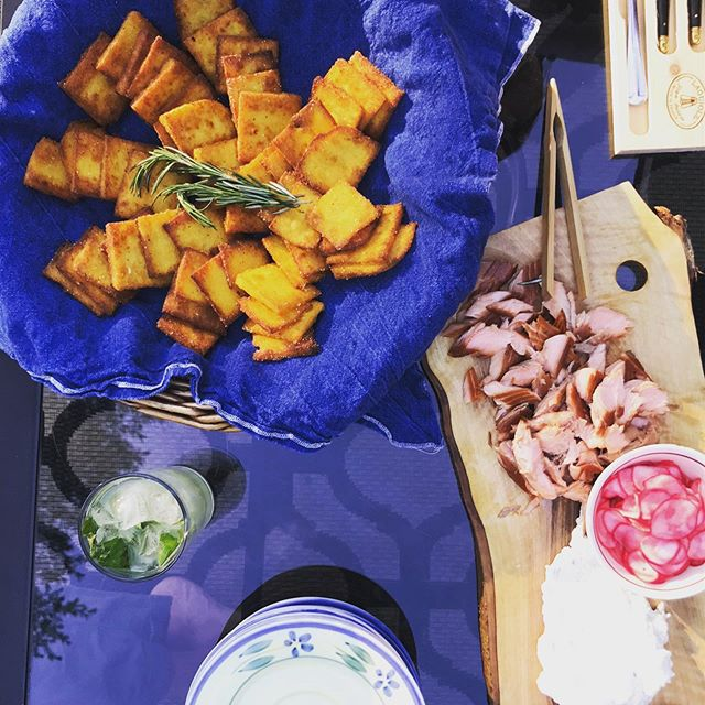 When in #muskoka - we eat trout! Beauty smoked fish from @MillFordBayTrout + horseradish + pickled radish with crispy polenta crisps. Great start to a week of cooking for clients!!! 🥰 Tasty sips assisted by @muskokabrewery  Legendary Oddity Gin + basil + cucumber Mojito 🥒 🍃