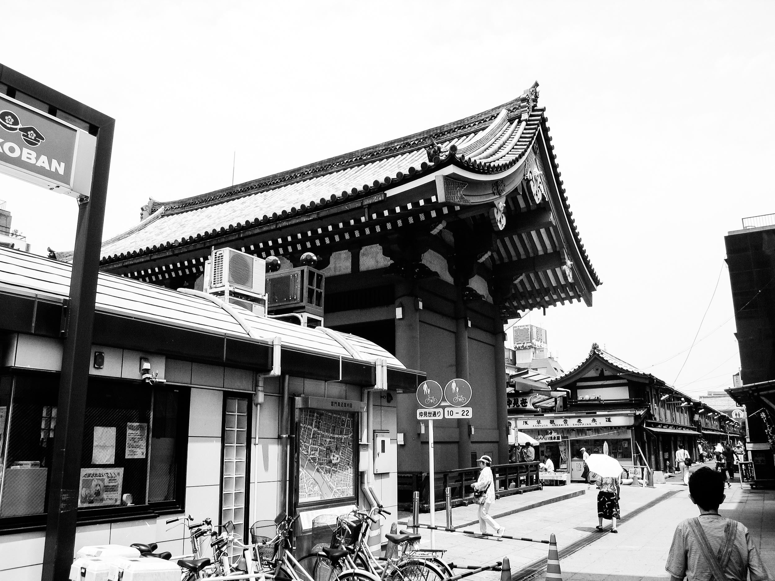 Entrance of the popular buddhist temple Sensō-ji in Asakusa, Tokyo.