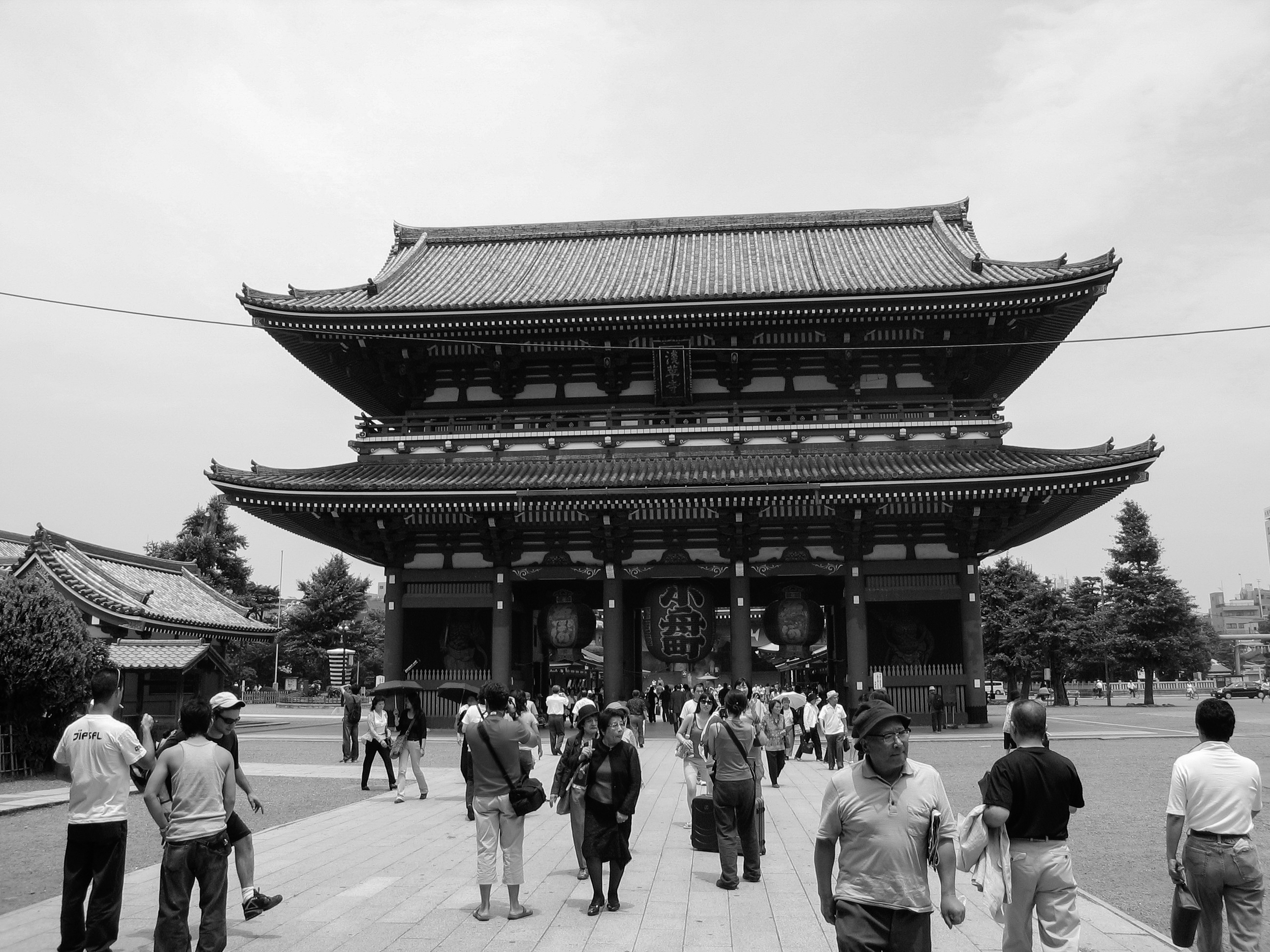 The massive main gate of Sensō-ji in Asakusa, Tokyo, featuring the iconic massive red lantern.