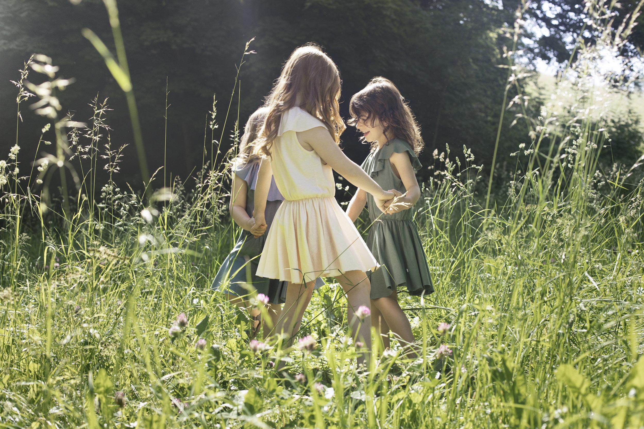 minimalisma_SS2018 Dancing girls in ligthweight organic jersey dresses.jpg