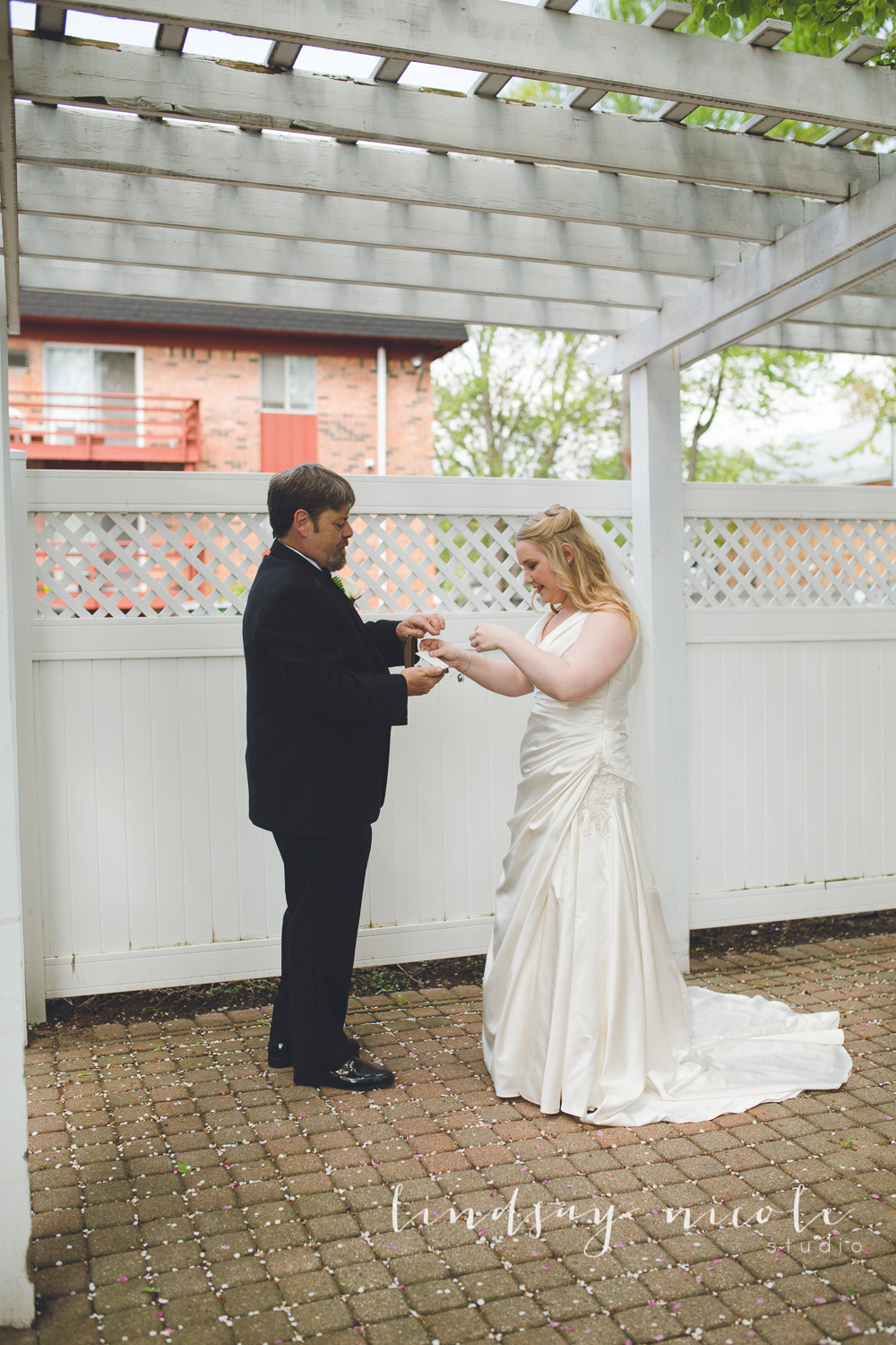 Bethanny's dad had his own surprise for Bethanny, a beautiful diamond necklace for her to wear down the aisle.