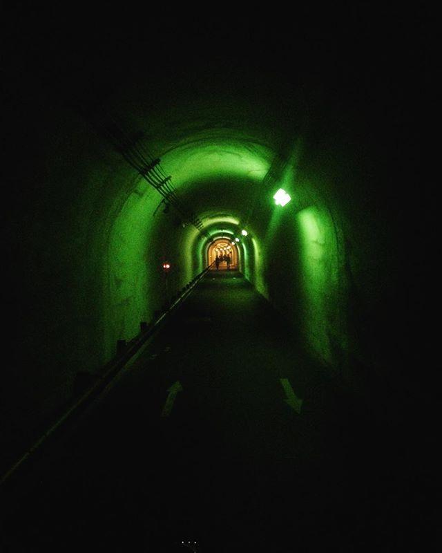 Echigo-Tsumari Art Triennale highlight : walking to the Periscope (green) . #echigotsumari #echigotsumariarttriennale #triennale #art #arttriennale #arttriennale2018 #tunnel #green #greenlight #madarchitects with @katietectonic @madarchitects