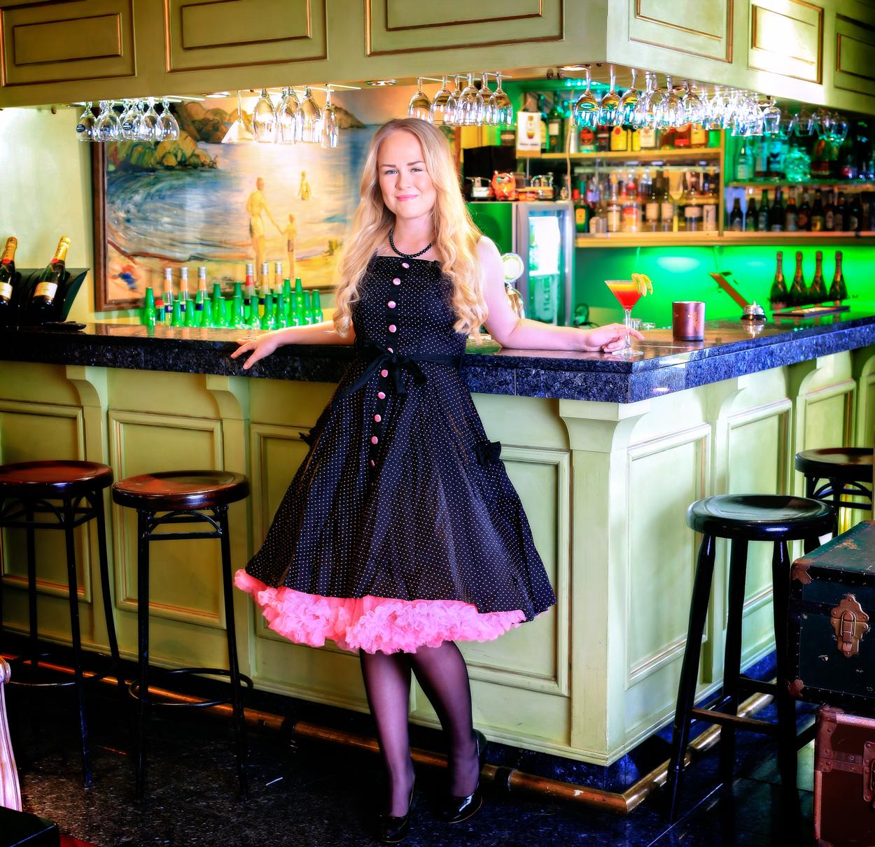 """Ut på lørdag?     Den klassiske Pianobaren på Hotel Wassilioff er blitt legendarisk og er kjent for sin fine atmosfære. Enten du vil ha en stille stund for deg selv med en god bok og drink på ettermiddagen, eller være """"løs i snippen"""" på kveldstid, er dette stedet å besøke."""