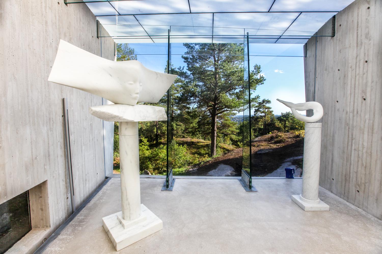 Innendørs ute i naturen. Midtåsen skulpturpaviljong og park danner rammen om et utvalg av kunstneren Knut Steens skulptur i marmor og bronse.