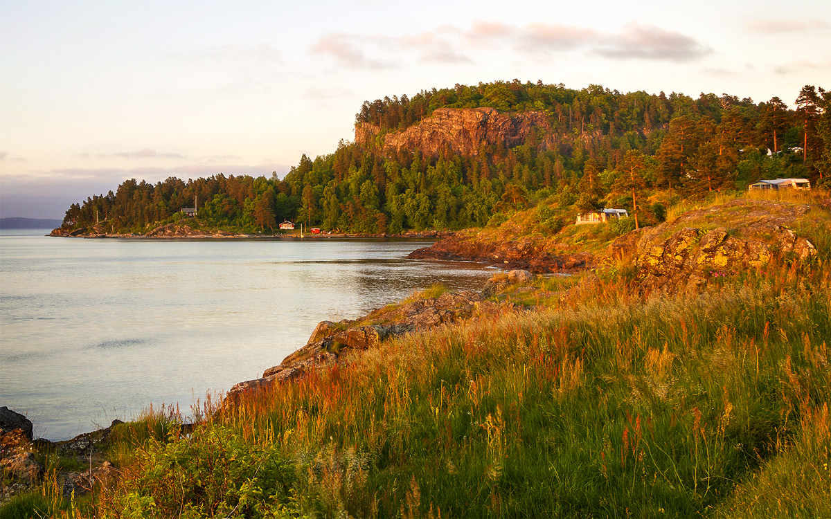 Litt nord for bykjernen finner du et flott kystlandskap ved Løvøya og nordover til Holmestrand. På Løvøya er det noen hytter og en campingplass.