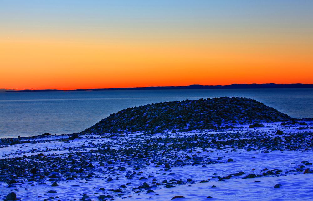 Her ute på Mølen synker raet i havet og møtet med de ustanselige dønningene fra Skagerrak, har polert det store rullesteinsgulvet i årtusener.