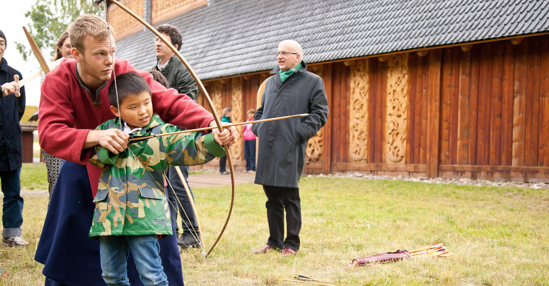 Lær deg teknikken på å skyte med pil og bue fra vikingtiden. Foto: Erik Winther