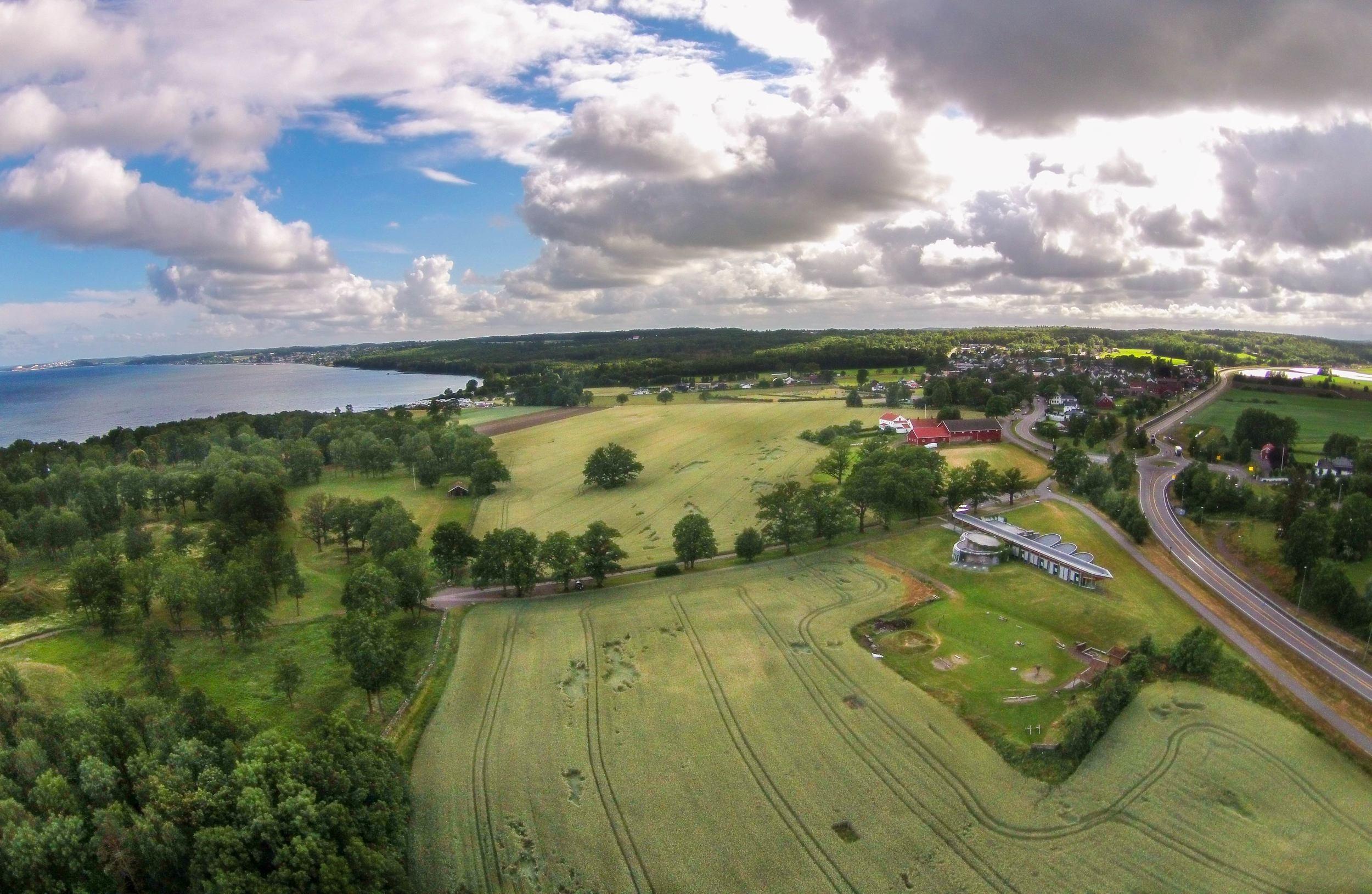 Et fantastisk frodig landskap i nærhet til sjøen gjorde nok valget av Borre som hovedsete for vikingene til et naturlig og strategisk valg av boplass.