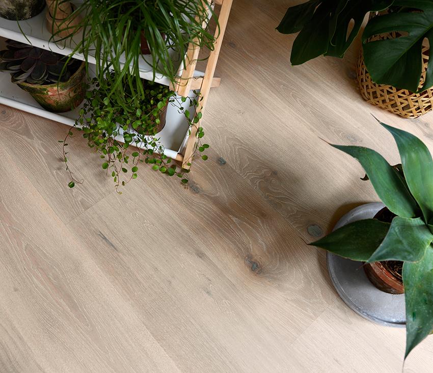 Ekte tregulv:  Også tregulvene skal være mer naturlig. Her skal ujevnheter, synlige kvister og fargevariasjoner fremheves, ikke gjemmes bort.