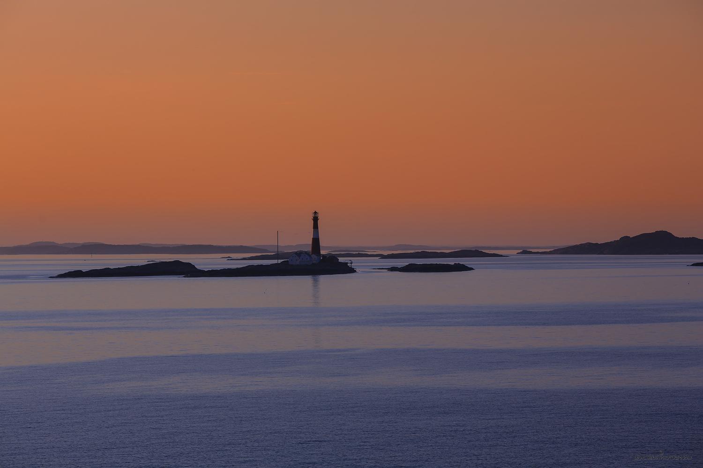 Det er ikke så aller verst å komme hjem til den norske Vestfoldkysten heller. Om du er med på kveldsruten fra Strømstad til Sandefjord, så blir du ofte møtt med en magisk stemning ved Færder fyr.