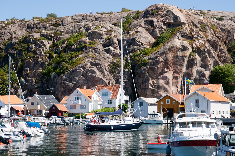 """Idylliske Fjällbacka er en populær kystperle for oss nordmenn, Ingrid Bergmann reiste så ofte hun kunne hit de gangene hun var på besøk i hjemlandet.    Fjällbacka er også åssted for krimromanene til forfatteren Camilla Läckberg.  Under en 45 minuter lang guided vandring – """"cosy crime walk"""" – opplever du Camilla Läckbergs Fjällbacka i Bohuslän. Du får se stedene for mordene, karakterer og høre om hendelser fra de forskjellige romanene."""