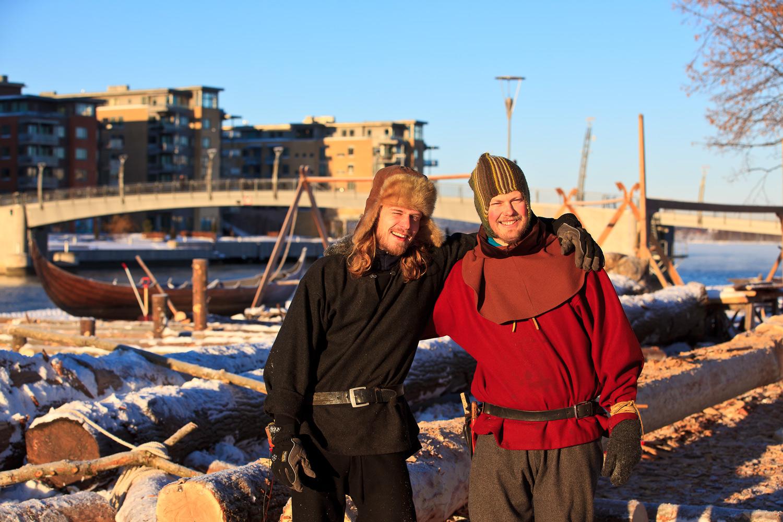 Utenfor kulturhuset i Tønsberg foregikk rekonstruksjonen av vikingskipene året rundt i perioden 2010 - 2012. Hittil har det blitt laget to eksakte kopier av vikingskip funnet i Vestfold. Alt for hånd, slik de gjorde det for flere 1000 år siden. Gregorius Grim Knockelkatt og Ole Magnus Svanevik var med på å bygge en tro kopi av Osebergskipet, her fra desember 2010.