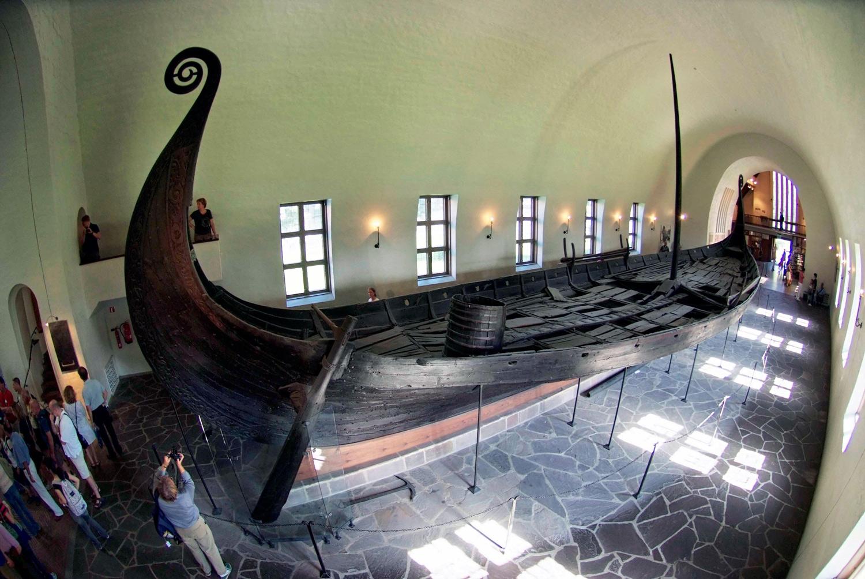 Osebergskipet slik det står presentert inne på vikingmuseet på Bygdøy i Oslo.
