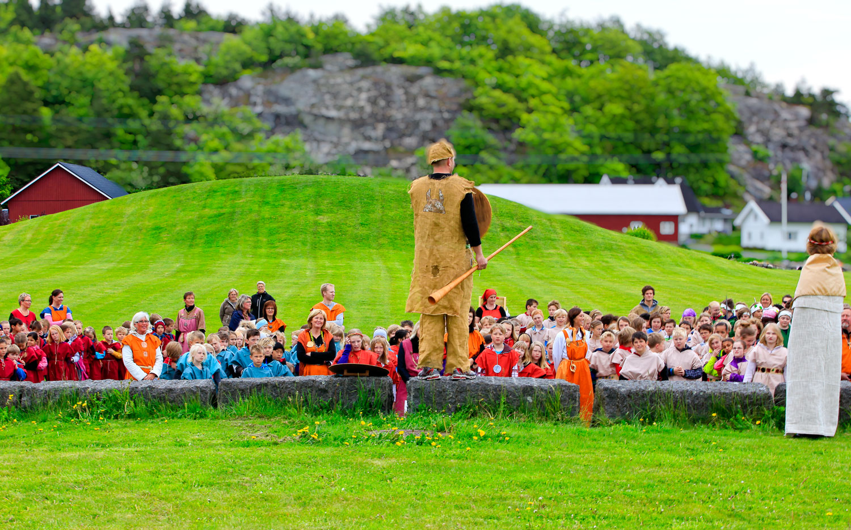Kulturarven bringes videre. Lydhør forsamling av moderne vikinger ved Gokstadhaugen ved Sandefjord.