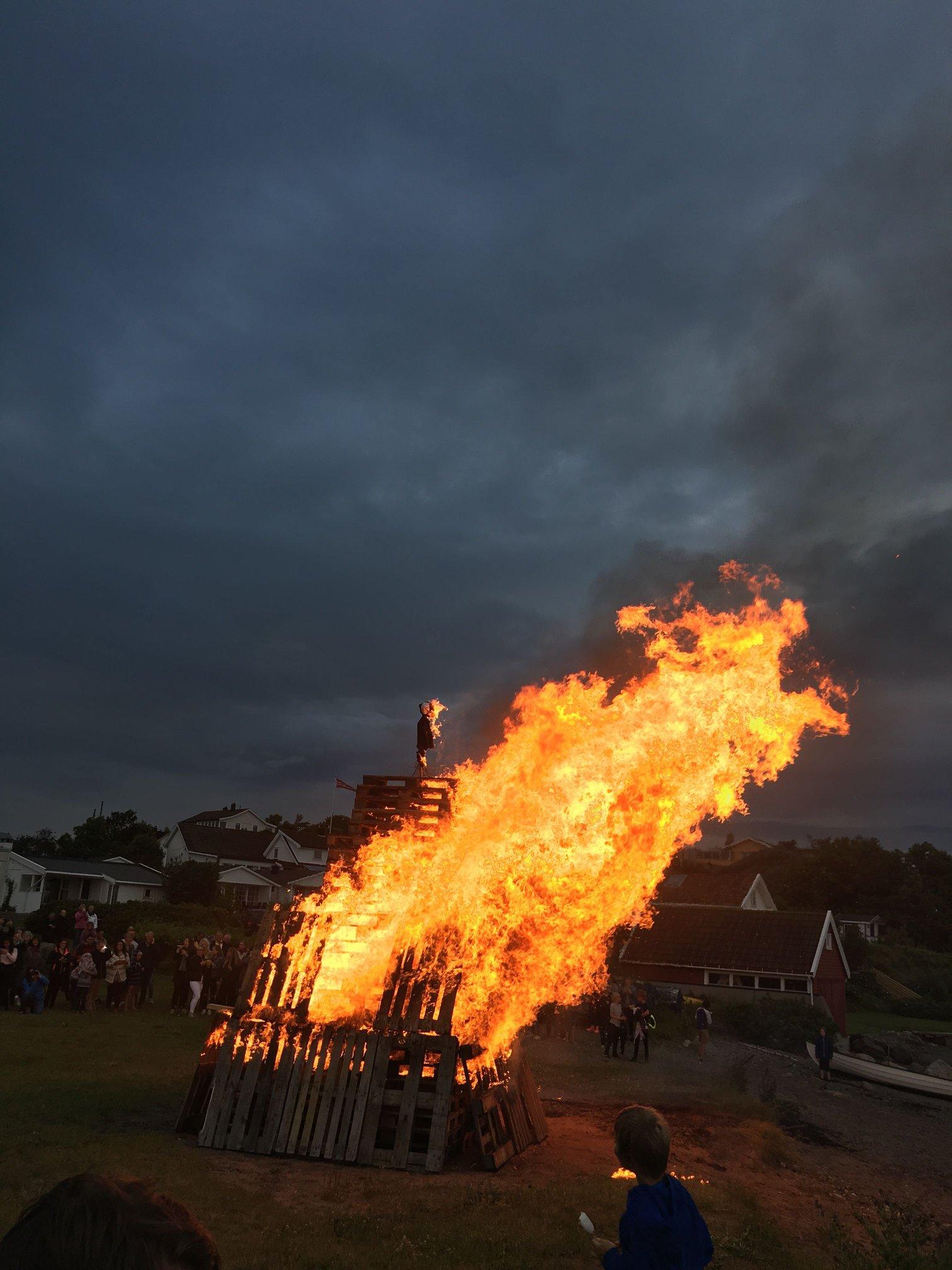 Sankthansfeiring på Krugestranda på Sandøsund, Hvasser.