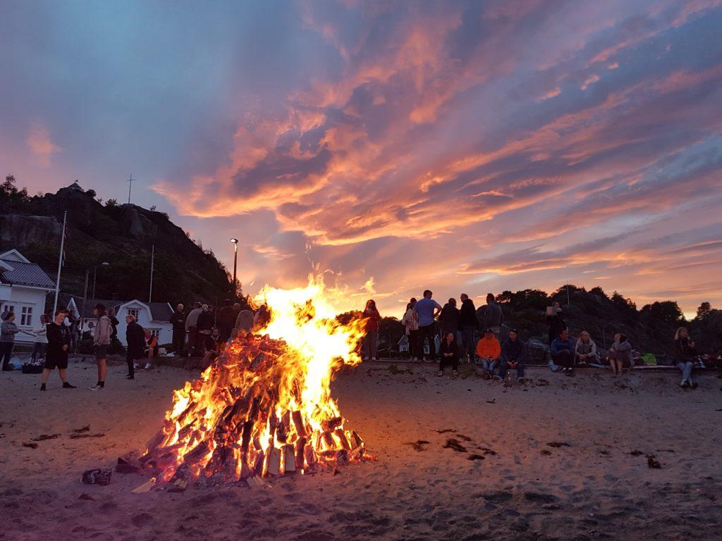 Fra fjorårets sankthansfeiring i nydelige Kjerringvik. Dette vakre fotoet har vi fått tillatelse til å publisere av Kjerringvik Vel & Båthavnforening -  kjerringvik.com