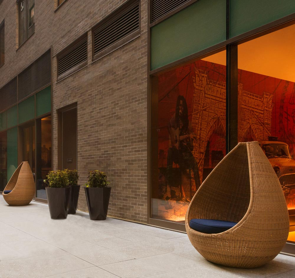 Jane_Hamley_Wells_HOTSPOT_DSDHSN01_modern_indoor_outdoor_guest_accent_high_back_lounge_chair_lifestyle_2.jpg