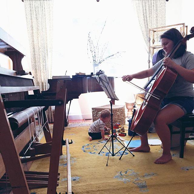 Trains & Cello. 🚂🎻 A happy Saturday scene (even if it only lasted a few moments.) #pierrebear #avapriscilla @ava_priscilla #growingupwithmusic