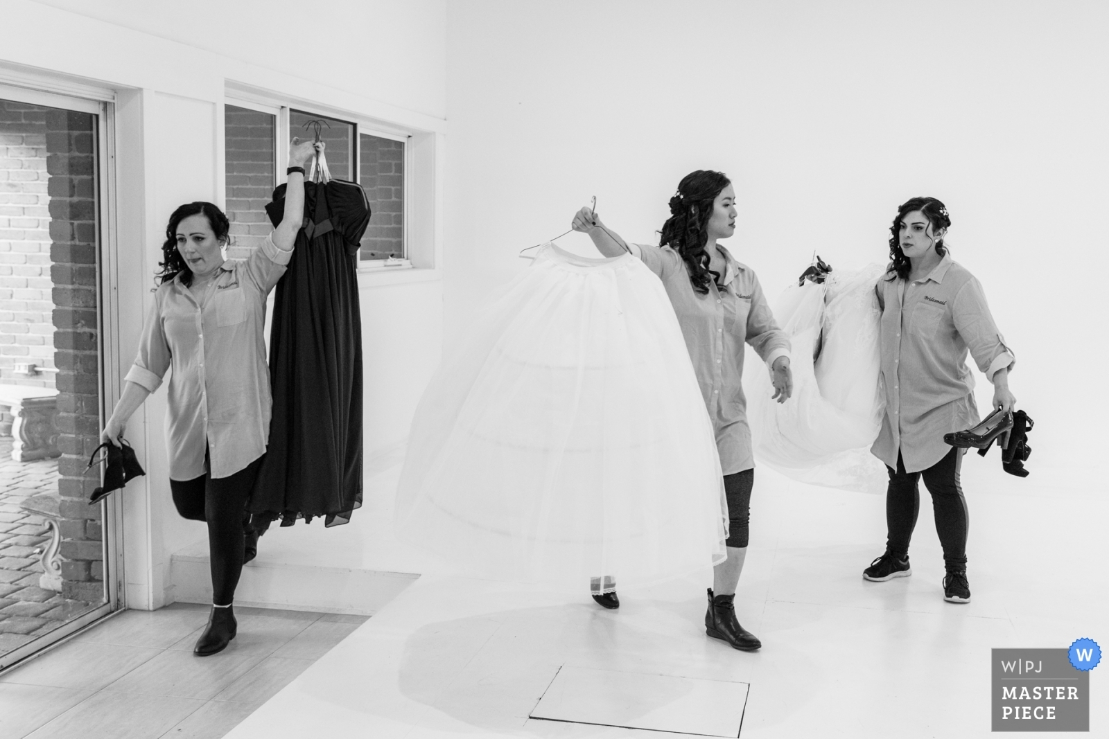bridesmaids-moving-the-dresses