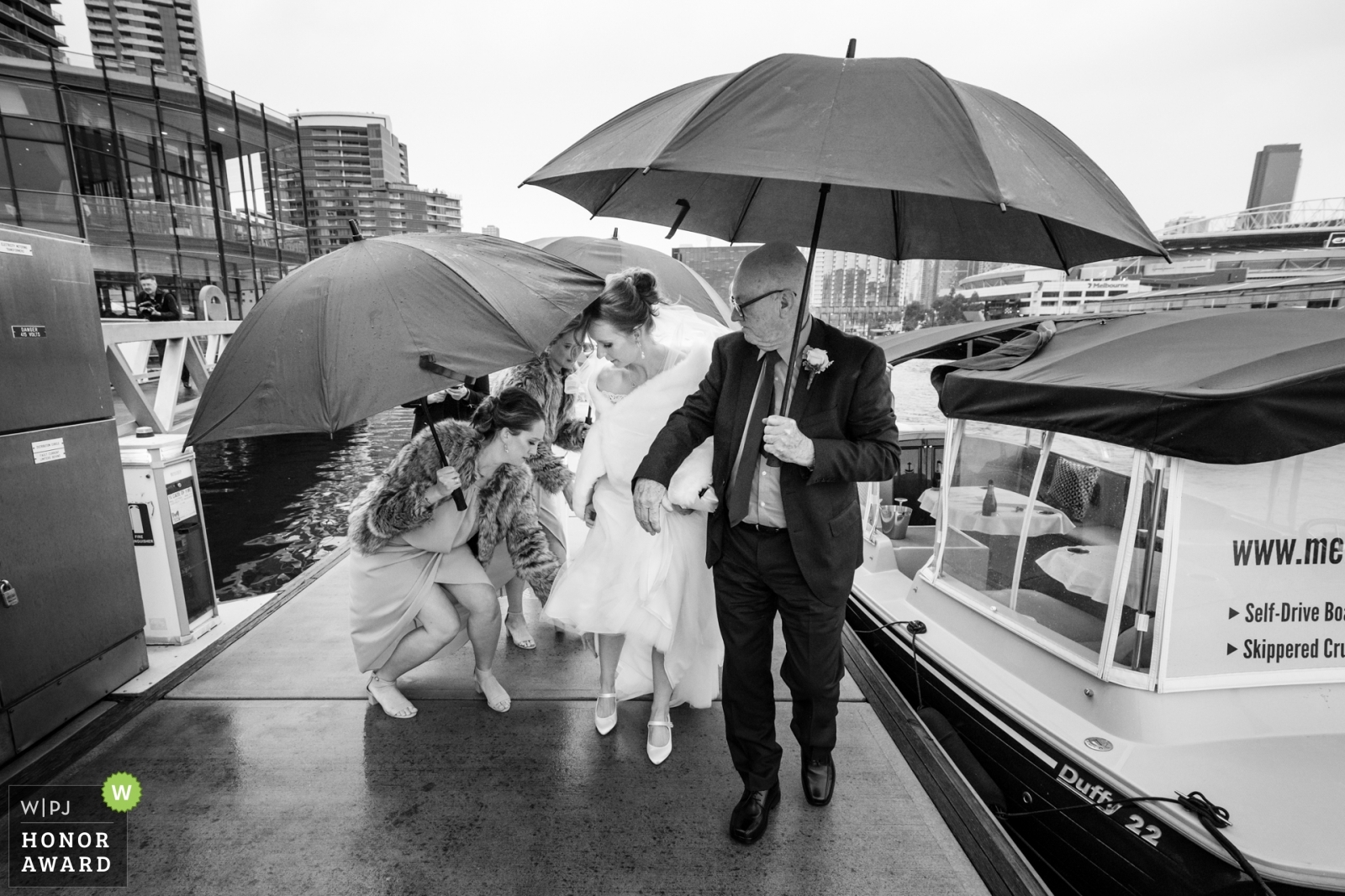 bridal-party-in-the-rain