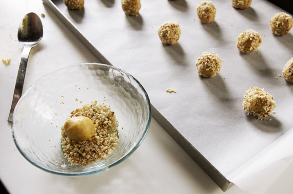 4. 舀一匙步驟3,沾裹杏仁粉放至烤盤上