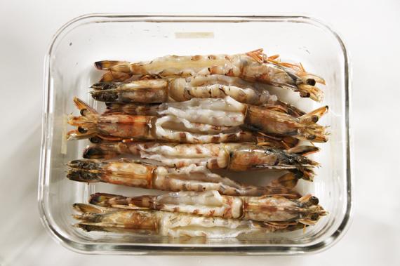 1. 剝完蝦殼後在背部劃一刀,去除腸泥。