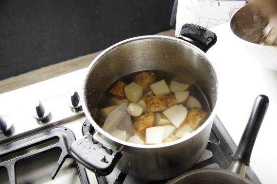 5. 馬鈴薯用中火以冷水開始煮約八分熟後備用,測試熟度,不用煮至全熟。