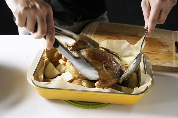 6. 取出烤盤,在烤盤底部鋪滿一層馬鈴薯,撒上少許鹽巴與黑胡椒稍微攪拌後,將雞肉翻面以200度繼續烤約30分鐘。*烘烤時間會因全雞大小而作調整。*這裡也可以換成粗海鹽與加入手邊多的香料。