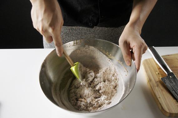 4. 低筋麵粉、泡打粉與肉桂粉一起過篩後加入步驟3,使用抹刀以切、拌的方式拌勻。