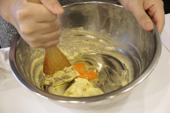 2. 蛋依序加入步驟1中。(一顆一顆加入拌勻後再加入下一顆),這時候如果蛋的溫度偏低奶油會小小結塊,沒有關係繼續往下作喔!