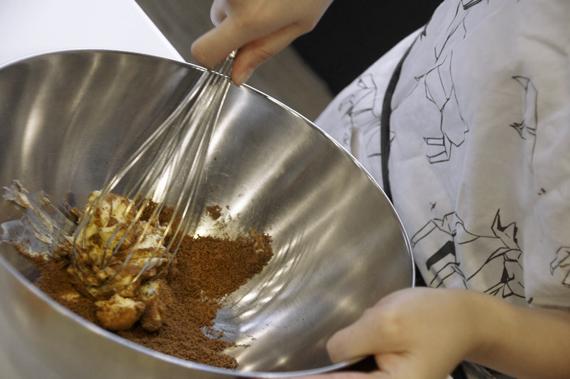 2. 奶油與黑糖攪拌均勻後,加入鹽、蛋、蜂蜜與白蘭地打至質地均勻。