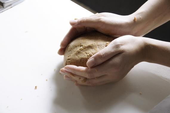 3. 慢慢的混合步驟1與步驟2,揉成麵糰後用保鮮膜封緊,冷藏1個小時。