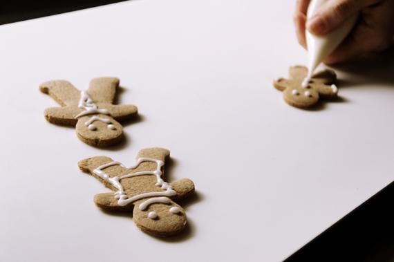 當畫完自己喜歡的裝飾後,放置通風處靜置至少半小時讓糖霜冷卻。