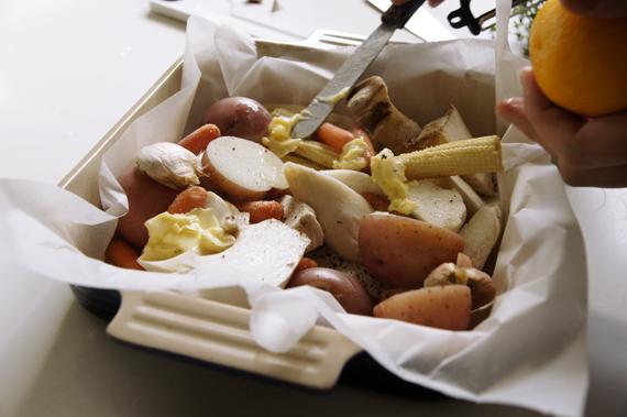 3. 過濾後將馬鈴薯與剩餘材料(杏鮑菇、玉米筍、柳橙皮與奶油等)放入烤盤,先以鹽與黑胡椒調味再撒上橄欖油拌勻。 *盡量將水分瀝乾,除了讓香氣更容易吸收之外,味道也不會因為水分而有所稀釋。