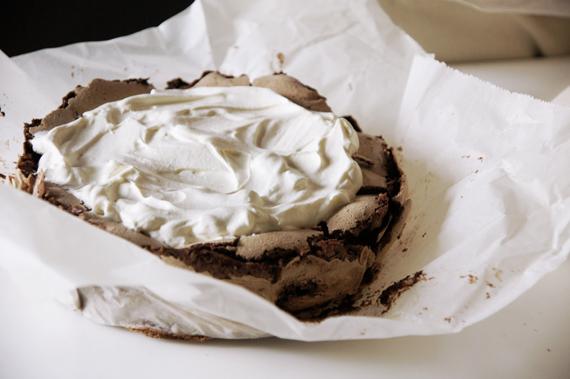 5. 鮮奶油打發後鋪在已經完全冷卻的蛋糕體上,放上覆盆子即完成。 *鮮奶油可以加入1湯匙的杏仁酒或橙酒調味。