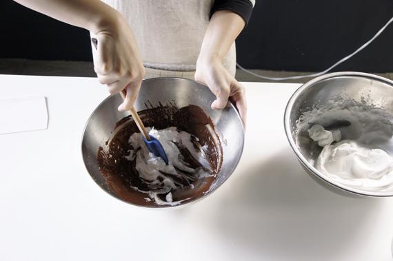 4. 將步驟2與步驟3,用抹刀以溫柔切、拌的方式拌勻。