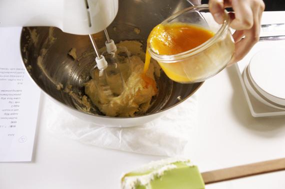 2. 緩慢加入蛋與牛奶。