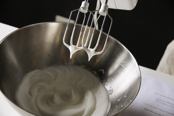 2. 蛋白加入一小撮鹽巴打發至接近乾性發泡(將缽倒著放不會掉下來就可以了),小心不要打過頭變成棉花的質地了。