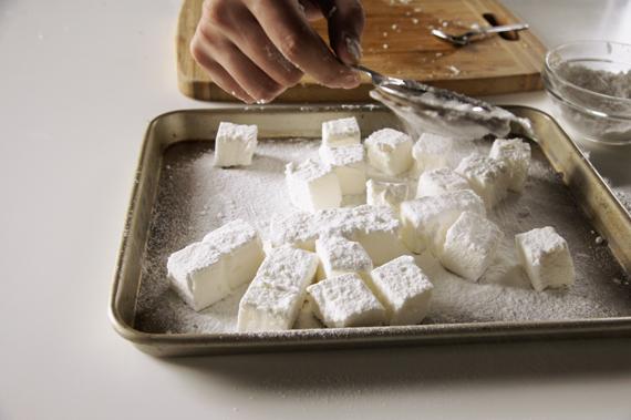 7. 取出切成適當大小,盛盤後撒上糖粉。