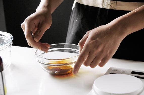 3. 混合柚子醋、砂糖與柴魚醬油,靜置10分鐘,讓砂糖完全滲透。