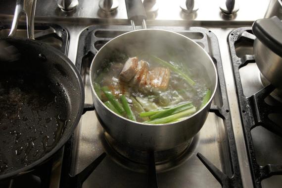 3. 加入米糠(可省略)、薑與蔥放入鍋內,加水(蓋過食材的份量)煮約1小時。煮至滾沸後轉小火慢燉。