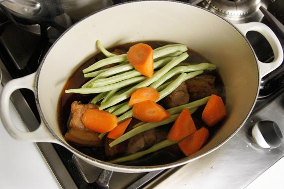 6. 紅蘿蔔與四季豆加入煮約20分鐘後,與肉一起取出。