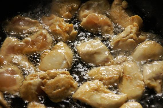 2. 取出後拍乾,鍋內下油煎至表面變白即可,不需煎到酥脆。 3. 將雞肉取出,倒掉多餘的油。