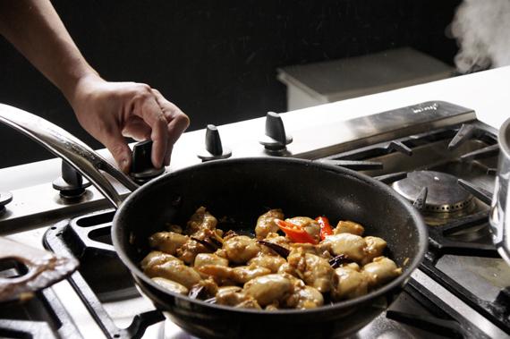 5. 持續以大火將雞肉與調味料加入。