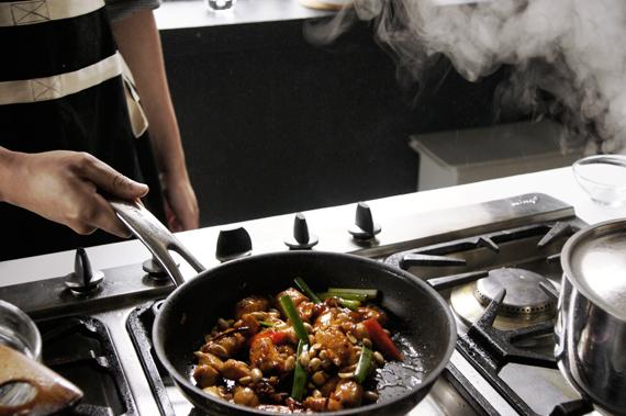 6. 最後加入青蔥與花生稍微拌炒即完成。