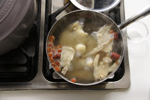 2. 另起一鍋,水滾後加入所有材料,大火滾沸後,轉小火蓋鍋悶煮約1小時。