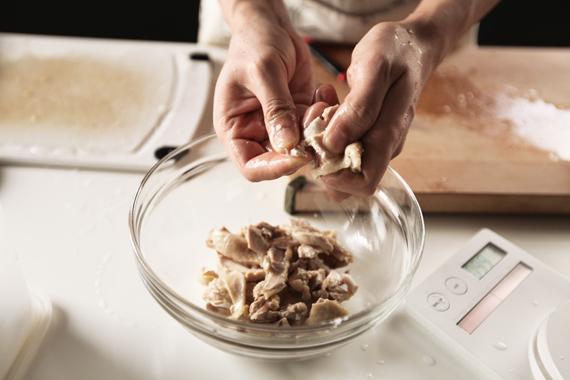 2. 將雞肉撕成細絲後與鹽、糖和麻油拌勻,醃漬冷藏30分鐘。(如果時間允許放置一夜會更入味!)
