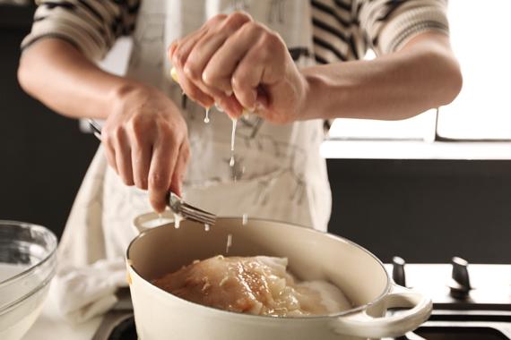 2. 過程中將浮末耐心的慢慢撈掉,煮至喜歡的濃稠度。 (今天煮的是蘋果,所以要格外小心別把蘋果泥撈掉了!)