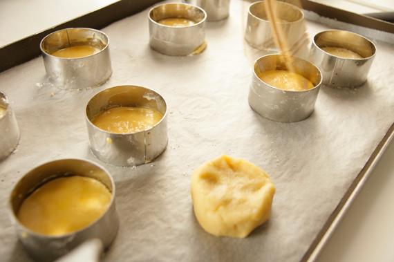 5. 取出麵糰以桿麵棍壓成約1cm的厚度,以環狀烤模切出形狀,刷上蛋液後以叉子劃出線條。 *如果帶著環狀烤模進入烤箱烤,要記得在內側塗上一層軟奶油。