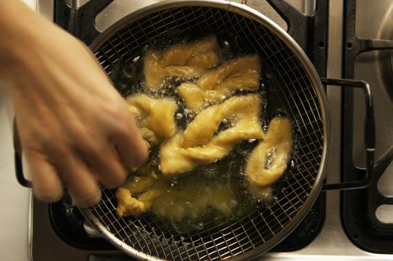 7. 放入攝氏160度的油鍋中炸至金黃色即可取出。